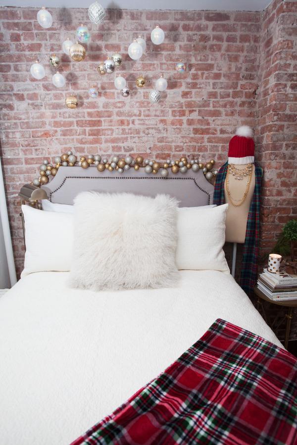 christmas-holiday-decor-bedroom-hanging-christmas-ornaments