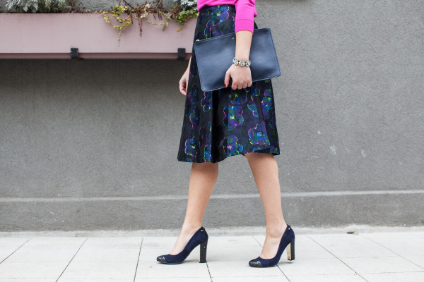 dark floral skirt navy pumps glitter