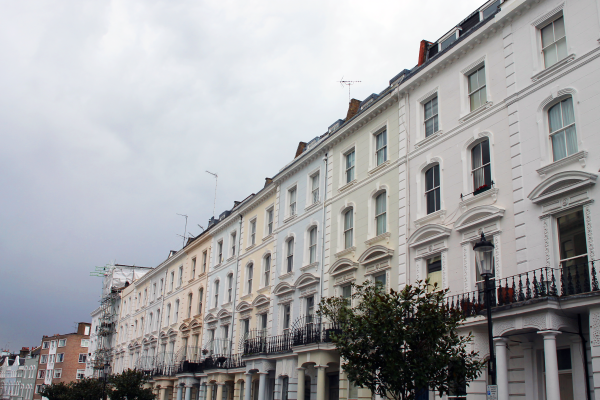 rows-of-pastel-townhouses-london-notting-hill