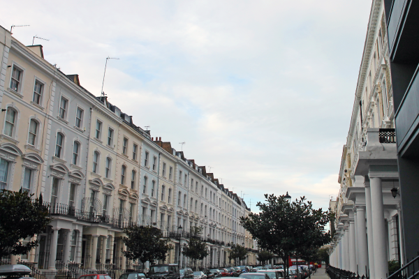 street-of-pastel-townhomes-notting-hill-london