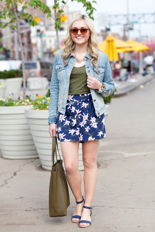 what to wear with floral printed shorts outfit