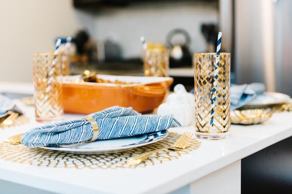 navy-blue-and-white-dinner-napkins-gold-flatware-brass-napkin-ring