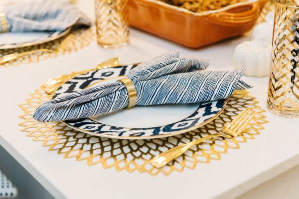 navy-blue-white-and-gold-place-setting-tablescape