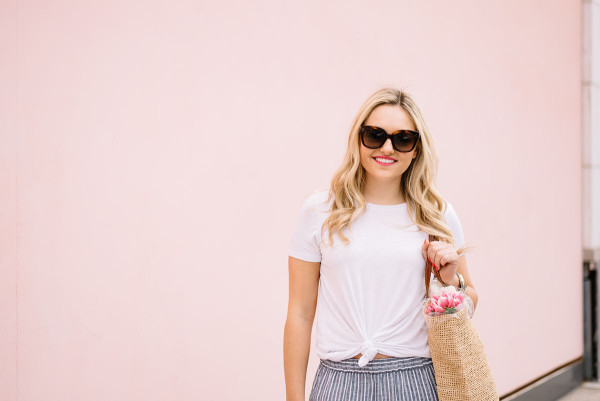 pink wall chicago, white tee shirt outfit ideas