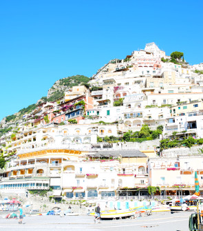 Bows & Sequins shares her in-depth Travel Guide for Italy's Amalfi Coast! Positano, Ravello, Capri, and more. Restaurant, hotel, and shopping recommendations, plus a curated map and five day-in-the-life videos from the trip!