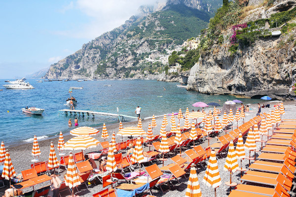 Bows & Sequin's shares her in-depth Travel Guide for Italy's Amalfi Coast! Positano, Ravello, Capri, and more. Restaurant, hotel, and shopping recommendations, plus a curated map and five day-in-the-life videos from the trip! This photo was taken at Arienzo Beach Club in Positano.