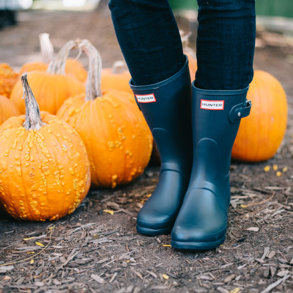 Blogger Bows & Sequins wearing Hunter Boots at a pumpkin patch!
