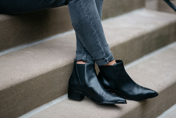 Bows & Sequins styling a pair of grey cuffed skinny jeans with a pair of flat black pointed toe booties.