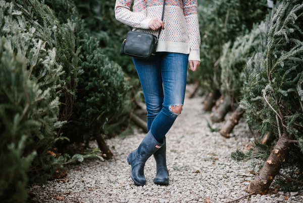 Bows & Sequins wearing a colorful J.Crew sweater, skinny jeans, Hunter boots, and a Gigi New York crossbody bag to pick out a Christmas tree in the city.