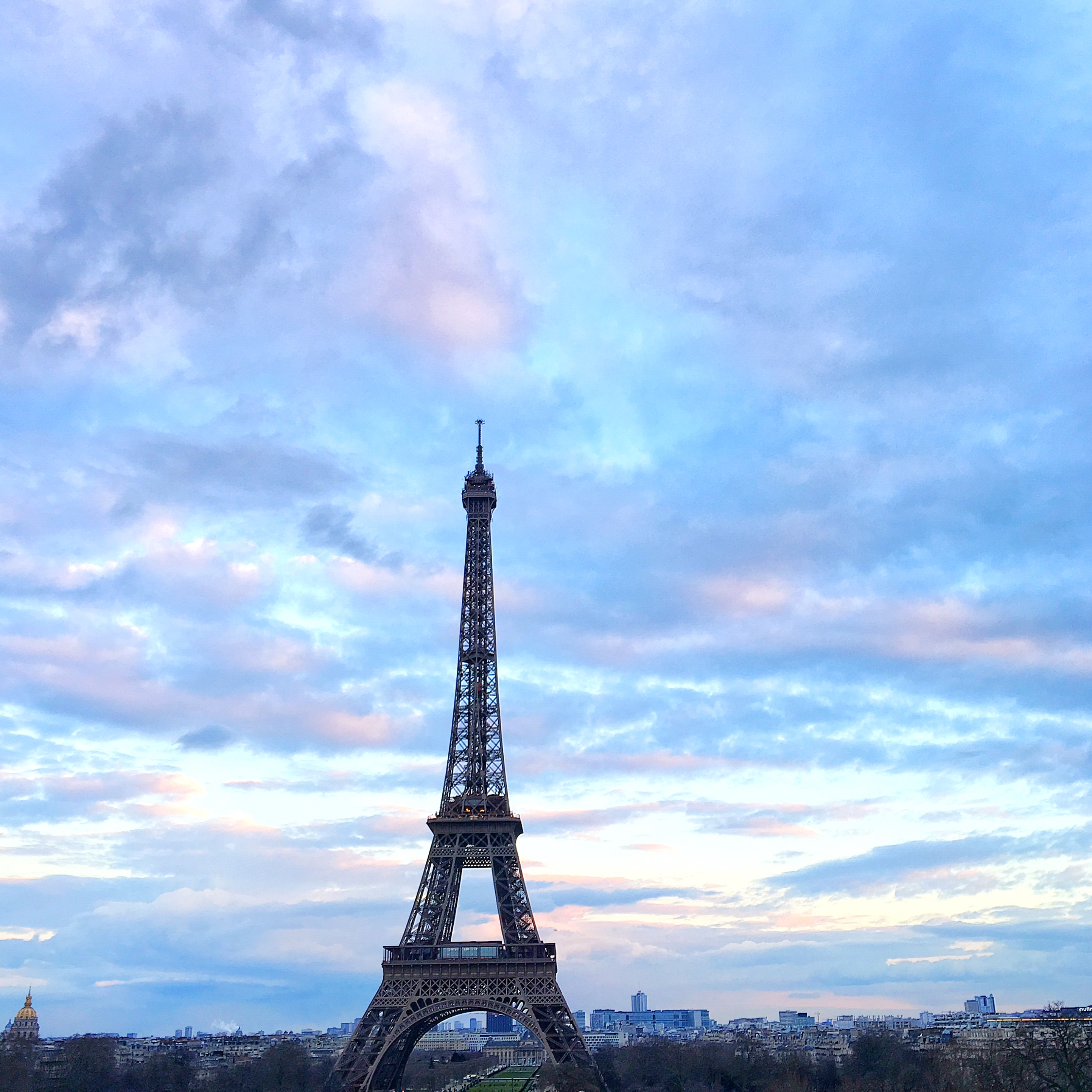A cotton candy sky above the Eiffel Tower in Paris. | Photo by @bowsandsequins