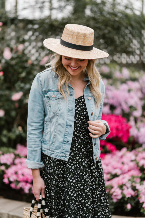Bows & Sequins wearing a light wash denim jacket with a floral printed sundress in a Chicago arboretum.