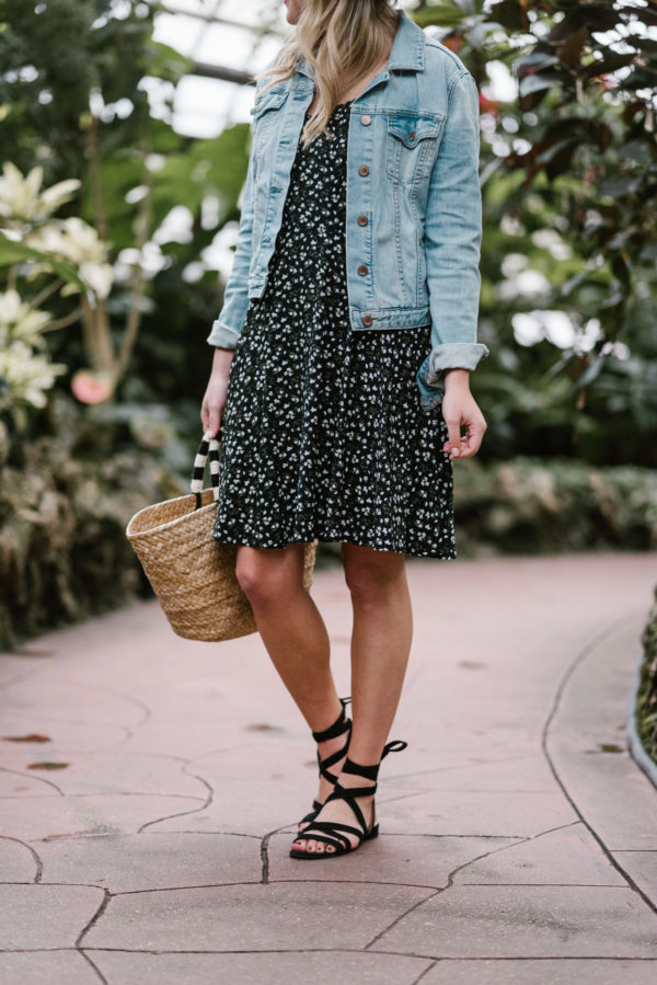 Chicago blogger Bows & Sequins wearing a flower printed Old Navy dress with a pom pom straw tote.