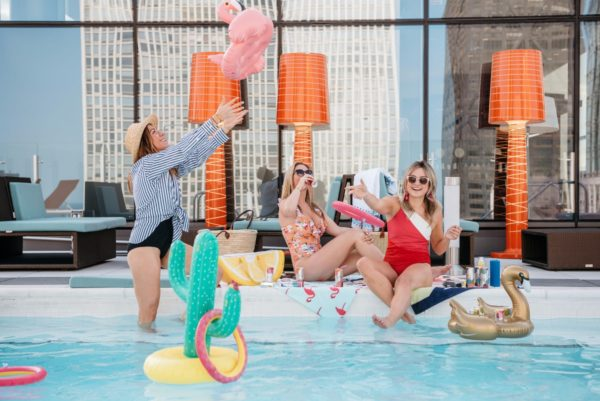 Chicago blogger Bows & Sequins shares her perfect pool party with Seven Daughters wine.