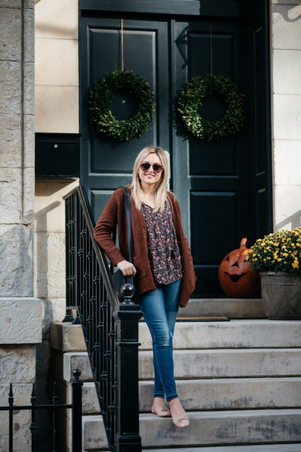 Chicago-based fashion-focused blogger Bows & Sequins wearing Gucci aviators, a slouchy sweater, an Old Navy floral blouse, Old Navy Rockstar jeans, Margaux Ballerina ballet flats, and a Lancel black Pia bag.