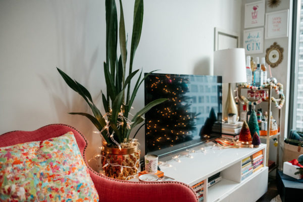 Chicago blogger Jessica Rose Sturdy sharing tips for Christmas and holiday decorations in an apartment.