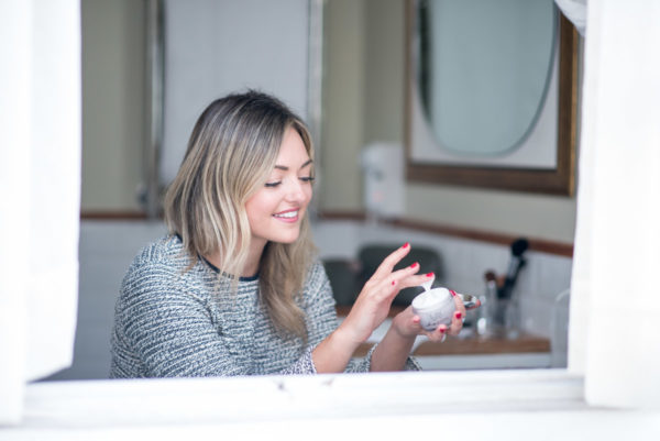 Beauty influencer Jessica Sturdy of Bows & Sequins testing out the best drugstore moisturizers.