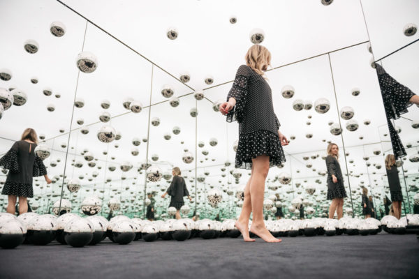 Chicago style blogger Jessica Sturdy of Bows & Sequins dancing in the Infinity Mirror room at the wndr museum.