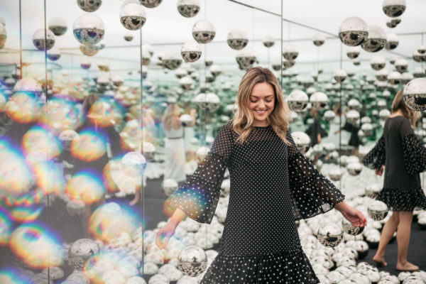 Top Chicago blogger Jessica Sturdy of Bows & Sequins wearing a polka dot dress at the Infinity Mirrors room.