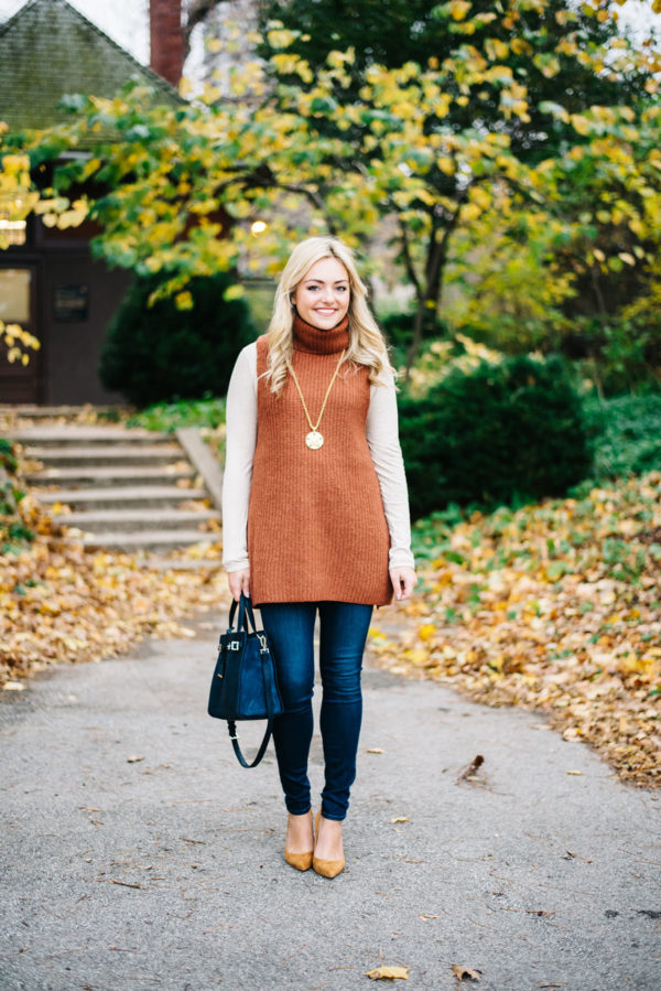 Top Chicago blogger Jessica Sturdy of Bows & Sequins wearing a tunic sweater and skinny jeans in the fall in Lincoln Park.