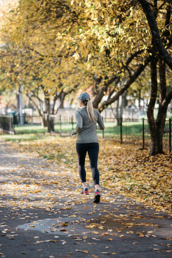 Chicago fitness blogger Jessica Sturdy of Bows & Sequins wearing lululemon running in Lincoln Park.