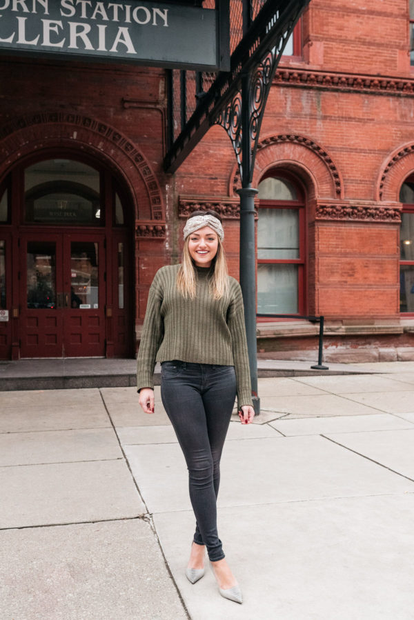 Chicago blogger wearing a sequin headband with a cropped sweater, skinny jeans, and grey pointed pumps.