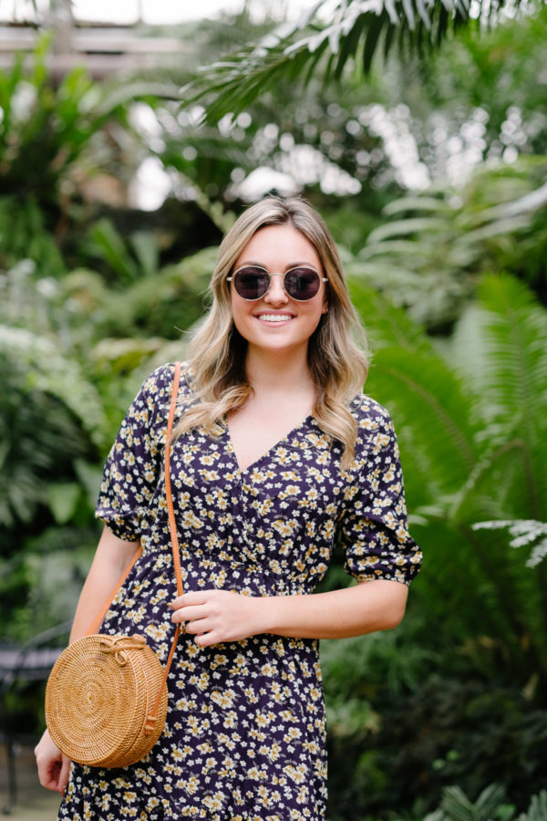 Fashion blogger Bows & Sequins styling round trendy sunglasses for summer.