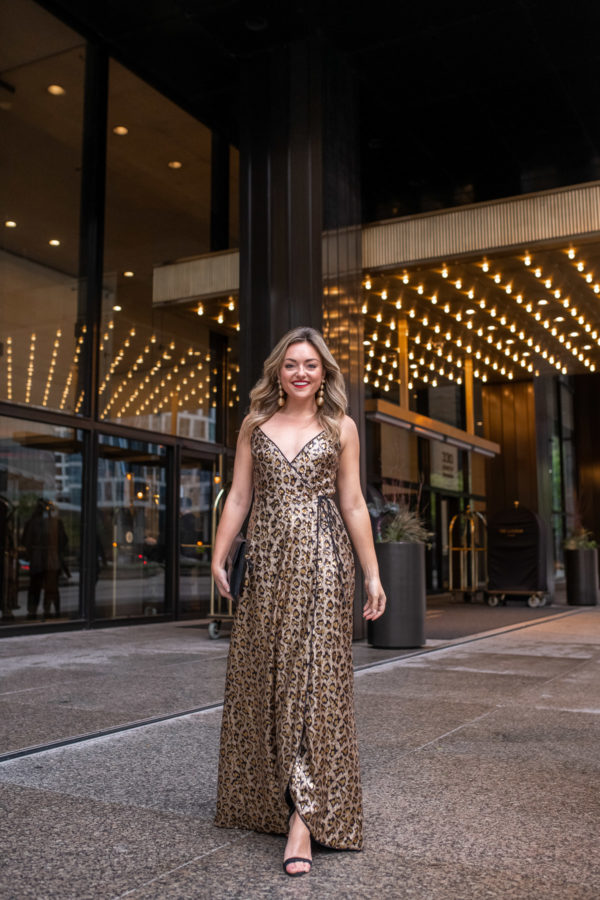 Chicago fashion and lifestyle influencer Jessica Sturdy of Bows & Sequins wearing a gold and black sequin dress for a holiday party.