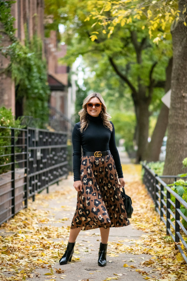 Chicago fashion blogger Jessica Sturdy of Bows & Sequins styling a leopard print skirt with a Gucci belt.