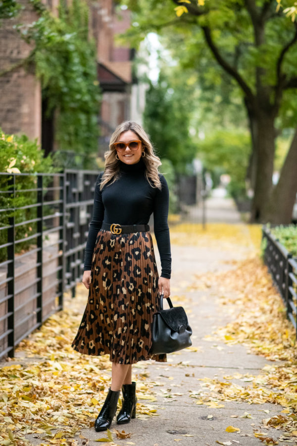 Chicago influencer Bows & Sequins styling a fall outfit in Bucktown.